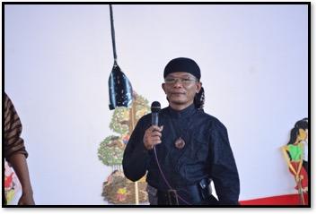 Jlitheng Suparman (1968- ), Javanese<em>dalang</em>known for hismodernizing of<em>wayang</em> kulit and creation of <em>wayang</em> kampung sebelah. Photo courtesy of UNIMA-Indonesia