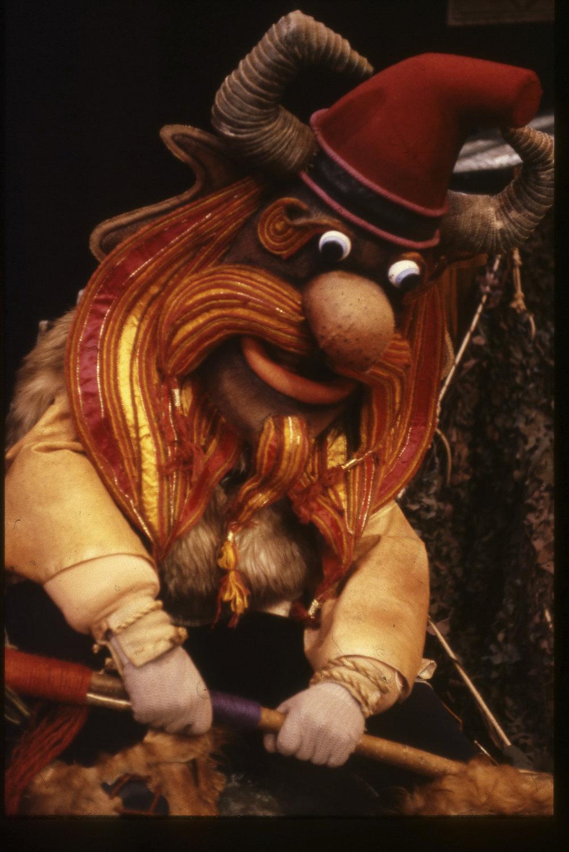 Personnage principal dans <em>The Tall Tales of Finn McCool</em> (1983) par John M. Blundall, Cannon Hill Puppet Theatre (Birmingham, Royaume-Uni), mise en scène : Simon Painter, John M. Blundall, conception et fabrication : John M. Blundall. Techniques mixtes (masques et marionnettes), hauteur: 2 m. Photo: John M. Blundall