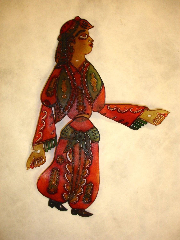 Zenne, un personnage féminin du théâtre d'ombres turc, karagöz. Collection : Patterson Museum, Claremont, Californie, États-Unis. Photo: Carol Gil