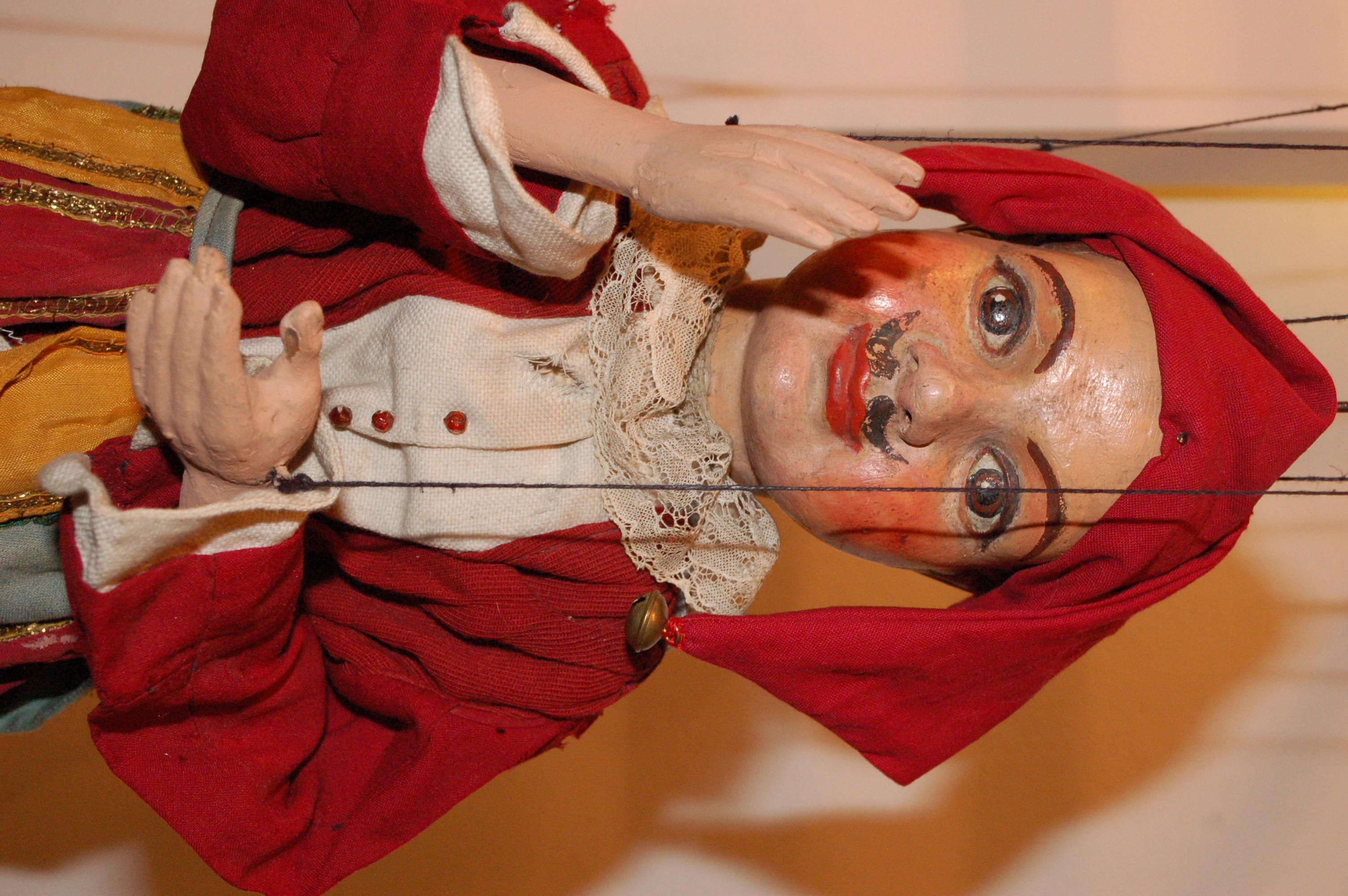 Kašpárek avec une moustache. Marionnette à fils construite en bois et tissu, début du XXe siècle, hauteur : 56 cm, conception : Josef Adámek. Collection : Alena Vorlová (République tchèque). Photo: Kateřina Lešková Dolenská