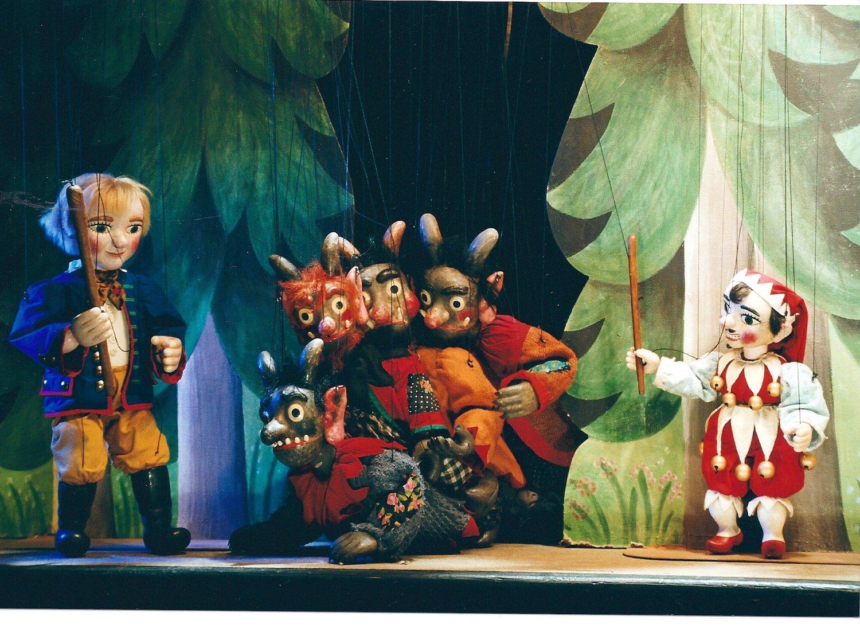 <em>Kašpárek vpekle</em> (2000) par Umělecká scéna Říše loutek (Prague, République tchèque), mise en scène : Josef Pikner, conception et scénographie : Bohumír Koubek. Kašpárek (à droite), marionnette à fils, hauteur : 45 cm. Photo: Josef Ptáček