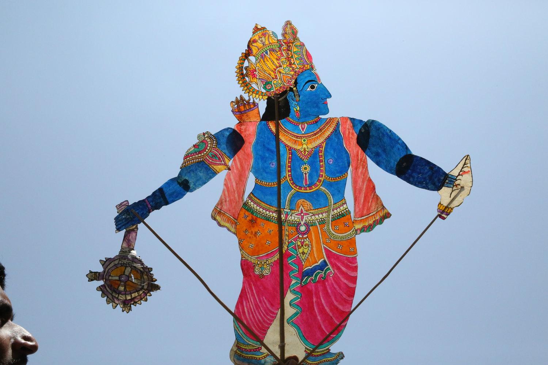 Le Mahabharata nous raconte la guerre entre deux clans : les.