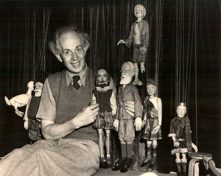 Waldo Lanchester avec Shakespeare, George Bernard Shaw et d'autres marionnettes de Lanchester (années 1940), conception et fabrication : Waldo Lanchester. Marionnettes à fils. Photo réproduite avec l'aimable autorisation de Collection : The British Puppet and Model Theatre Guild