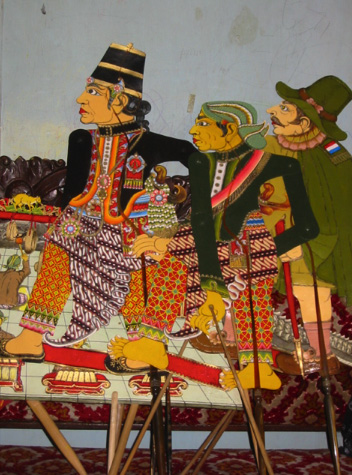 Deux nobles javanais de Yogyakarta et un officier colonial néerlandais du XVIIe siècle, les marionnettes d'ombres, <em>wayang</em> Sultan Agung, créées par le <em>dalang</em> Ledjar Subroto (Java central, Indonésie). Photo: Karen Smith