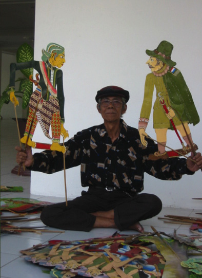 A 17th century Javanese nobleman of Yogyakarta and a Dutch colonial, <em>wayang</em> Sultan Agung shadow figures created by Ledjar Subroto (Central Java, Indonesia). Photo: Karen Smith