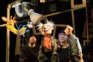 Girafe avec le singe, Pelly, Billy et le Duc, dans The <em>Giraffe and the Pelly and Me</em> (2008) par le Little Angel Theatre (Londres, Royaume-Uni), mise en scène, conception et fabrication : Peter O'Rourke, interprètes sur la photo : Mandy Travis, Michael Fowkes. Marionnettes à tiges, hauteur : (humains) 60 cm, (animaux) 30 cm. Photo: Ellie Kurttz