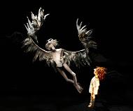 Le très vieux Monsieur et le Garçon, dans <em>A Very Old Man with Enormous Wings</em> (2011) par le Little Angel Theatre (Londres, Royaume-Uni), mise en scène : Mike Shepherd, conception et fabrication : Lyndie Wright. Marionnettes sur table. Photo: Ellie Kurttz