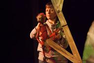 Le singe, dans <em>The Journey Home</em> (2015) par le Little Angel Theatre (Londres, Royaume-Uni), mise en scène : Steve Tiplady, conception : Sally Connie Todd, fabrication de marionnettes : Michael Fowkes. Marionnettes sur table, hauteur : 30 cm. Photo: Ellie Kurttz