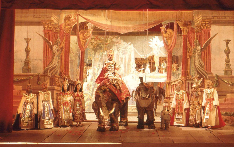 <em>Aida</em>, une production des Lupi, la famille de marionnettistes italiens. Marionnettes à fils et de canevas et de matériels scéniques riches. Photo réproduite avec l'aimable autorisation de Istituto per i Beni Marionettistici e il Teatro Popolare (Turin, Italy)