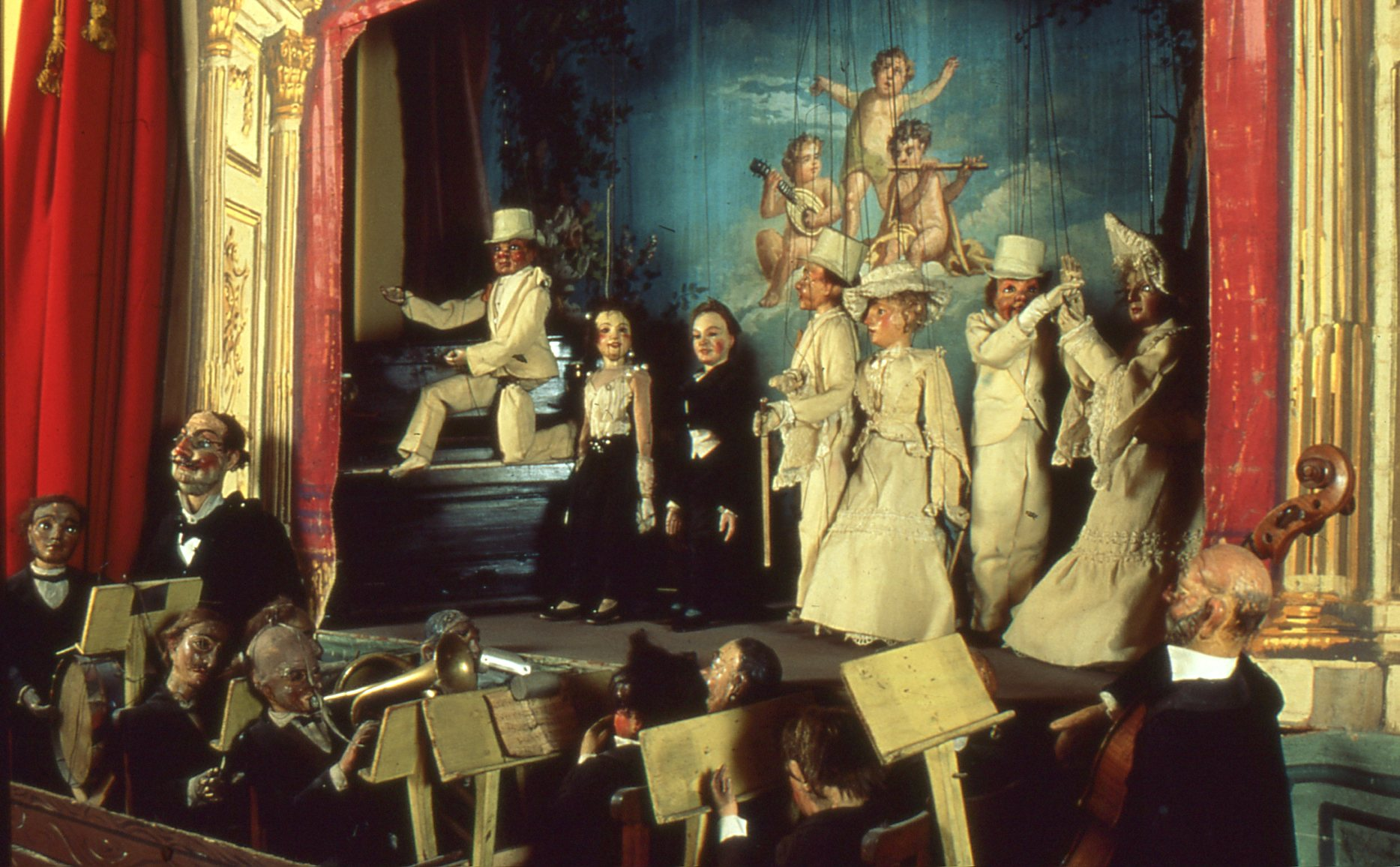 Les musiciens, chanteurs et danseurs, personnages de marionnettes d'une production de la famille Lupi, marionnettistes italiens. Marionnettes à fils. Photo réproduite avec l'aimable autorisation de Istituto per i Beni Marionettistici e il Teatro Popolare (Turin, Italy)