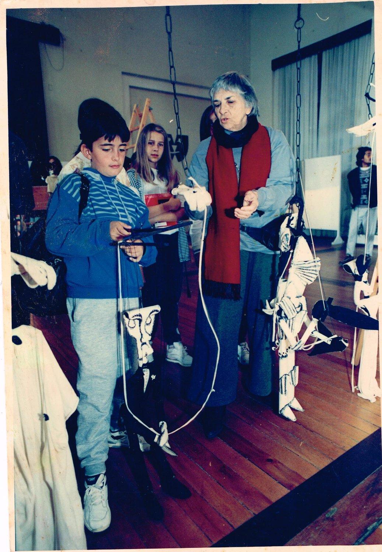 Magda Modesto lors de son exposition, <em>Anime-se a animar</em>, dans laquelle le visiteur est invité non seulement à découvrir l'univers de la marionnette, mais aussi à interagir avec ses différentes techniques de manipulation. Photo réproduite avec l'aimable autorisation de Cecilia Modesto