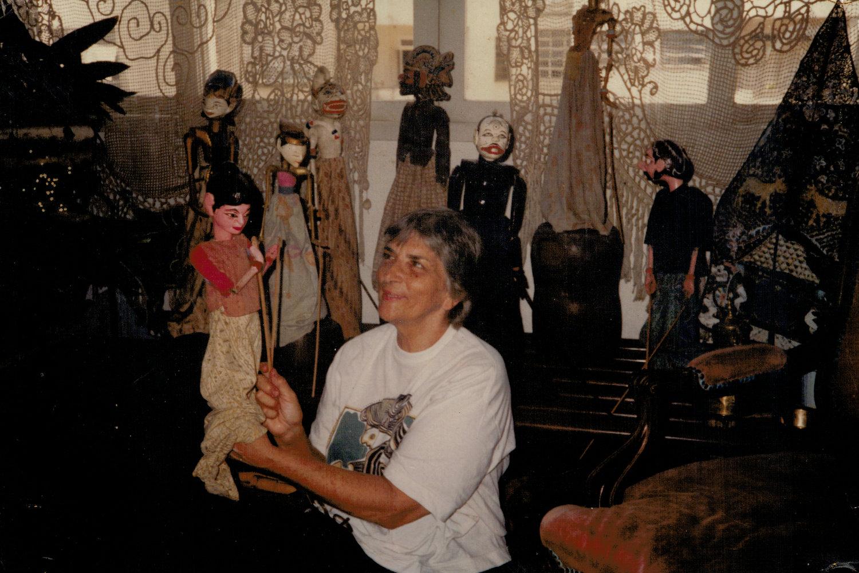 Magda Modesto avec des marionnettes à tiges indonésiennes, <em>wayang</em> golek, de sa collection internationale de marionnettes traditionnelles. Photo réproduite avec l'aimable autorisation de Cecilia Modesto