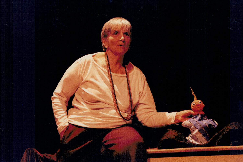 Magda Modesto donne une conférence sur l'art de la marionnette. Photo réproduite avec l'aimable autorisation de Cecilia Modesto