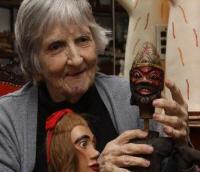 Magda Modesto avec des marionnettes de sa collection internationale de marionnettes traditionnelles. Photo réproduite avec l'aimable autorisation de Cecilia Modesto