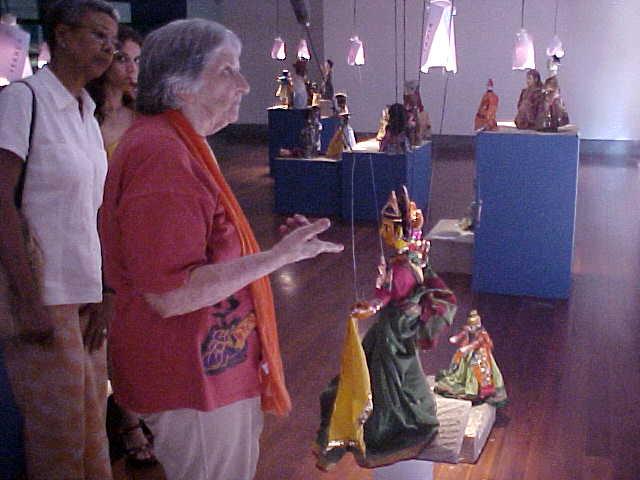 Magda Modesto lors d'une exposition de sa vaste collection de marionnettes du monde entier. Photo réproduite avec l'aimable autorisation de Cecilia Modesto