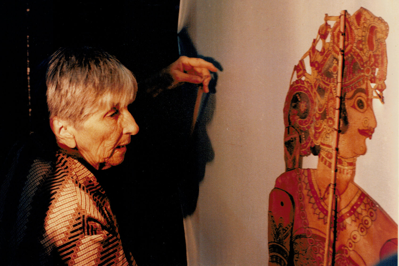 Magda Modesto avec une figure d'ombre traditionnelle, tolu bommalata, d'Andhra Pradesh, en Inde. Photo réproduite avec l'aimable autorisation de Cecilia Modesto