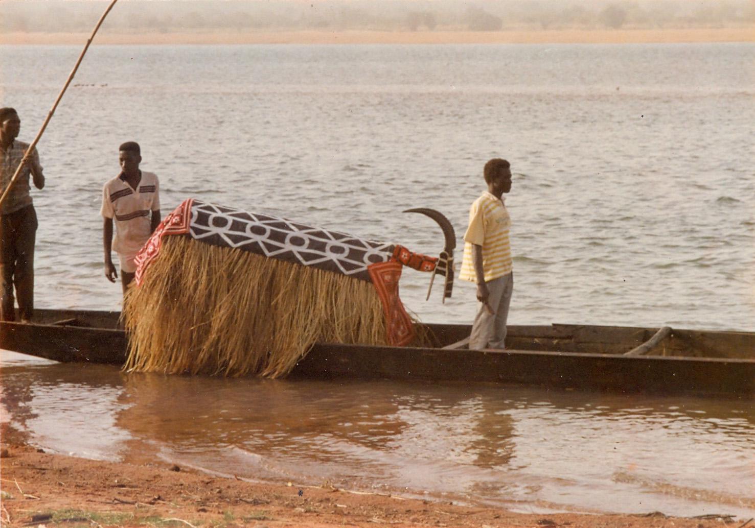 Daje (hippotragus, antílope caballo), una de las representaciones animales de la clase de títeres denominada <em>jikando</em> (títeres en el río), Diarabougou, región de Koulikoro, Malí. El títere simboliza la caza. Títere habitable, fabricado con tela adornada y hierbas secas; la cabeza es una escultura de madera. Foto: Mamadou Samaké