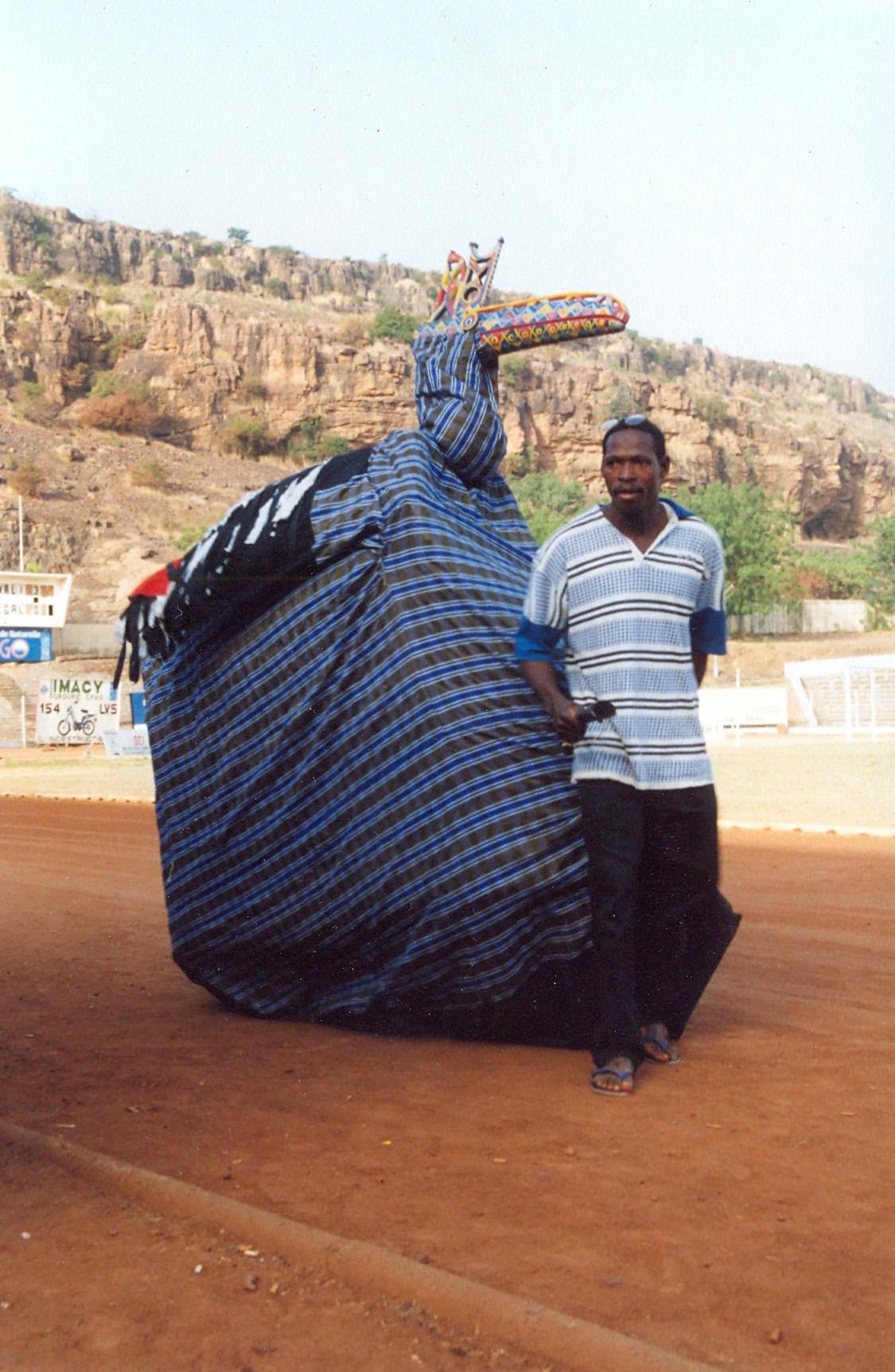 <em>Mali-kònò</em> (Oiseau du Mali, représente <em>banikònò</em> la cigogne), une marionnette habitable, de la classe de marionnettes appelée <em>sogo</em>, Sokonafing, Bamako, Mali. La marionnette symbolise l'indépendance du Mali. Photo: Mamadou Samaké