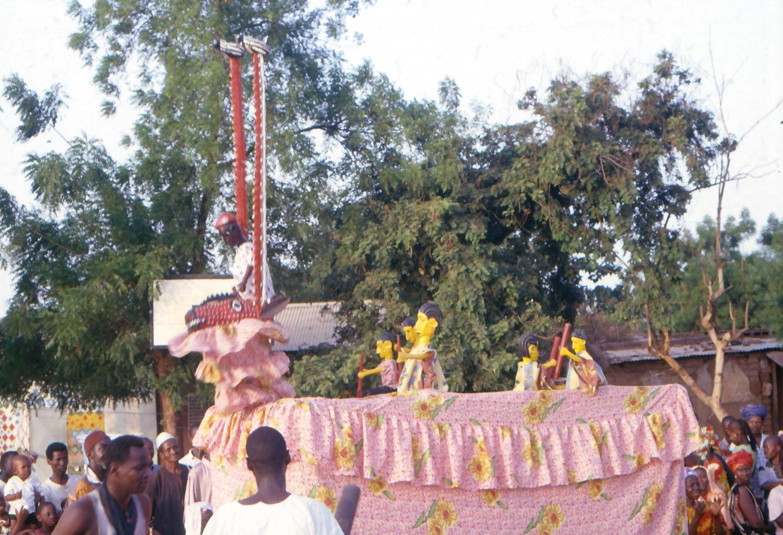 <em>Minan-kalaka</em> (antilope-castelet: un char, une marionnette en soi, qui permet la mise en scène des marionnettes à tiges représentant les acteurs sociaux), un <em>kalakasogw</em> (marionnettes au castelet), de la classe de marionnettes appelée <em>maaniw</em> (petites personnes), Markala, région de Ségou, Mali. Les mises en scènes portent sur la vie quotidienne. Collection: Mamadou Samaké. Photo: Modibo Bagayogo (à l'occasion du 2ème Festival d'UNIMA-Mali). Photo: Modibo Bagayogo