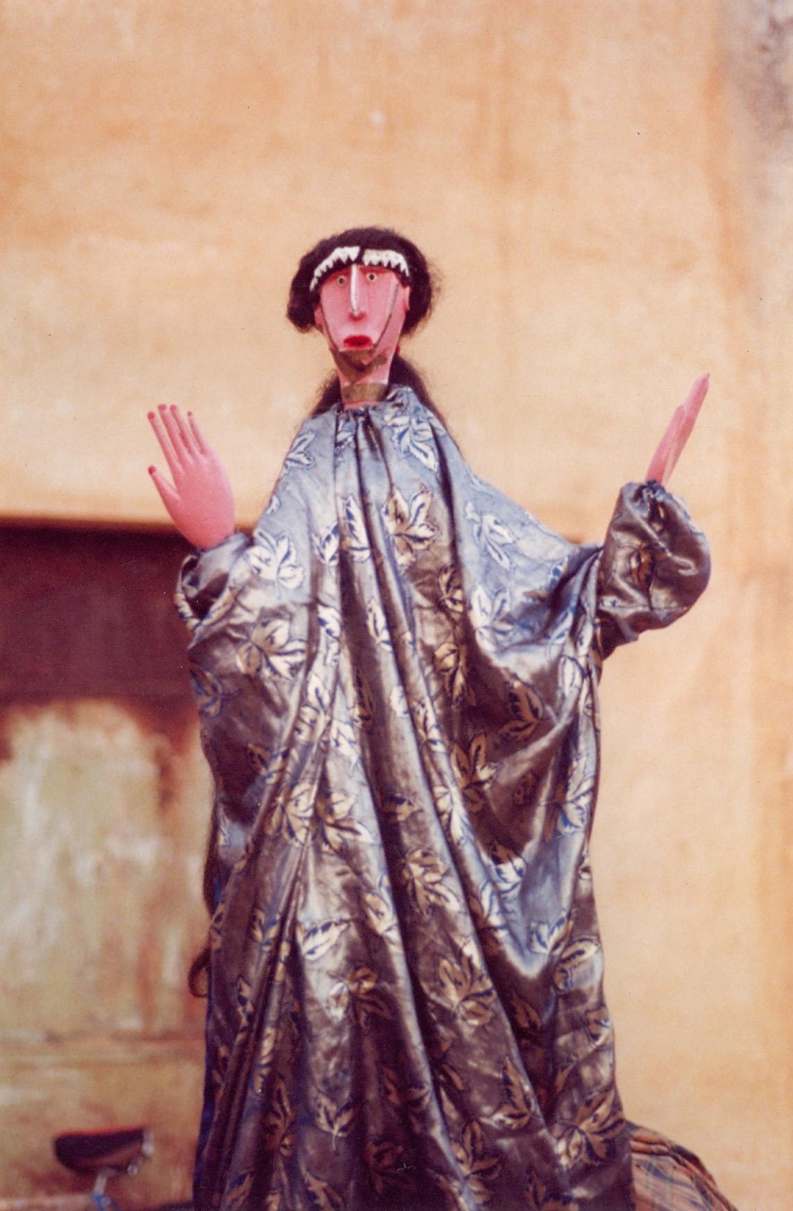 <em>Surakani</em> (Maure, mais évoque toutes les ethnies de race blanches au Mali, comme également les arabes et les touaregs), une marionnette habitable, de la classe de marionnettes appelée <em>mèrin</em> (des marionnettes qui exaltent la beauté humaine), Markala, région de Ségou, Mali. Cette marionnette symbolise le nomadisme. Photo: Mamadou Samaké
