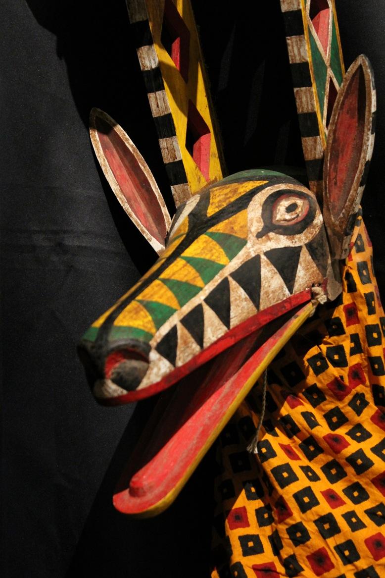 Une marionnette à tiges représentant une antilope faite de tissu avec une tête de bois sculptée et des articulations de Bamana, au Mali. The Lettie Connell Schubert Collection, Northwest Puppet Center. Photo: Dmitri Carter