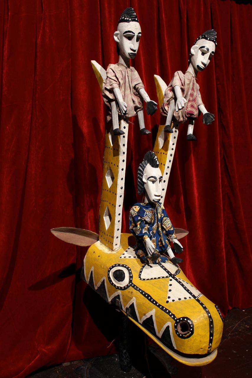 Une marionnette à tiges traditionnelle de Bamana, Mali, représentant une antilope et trois figures humaines en bois et en tissu. Donné par Mary Decker, Northwest Puppet Center. Photo: Dmitri Carter