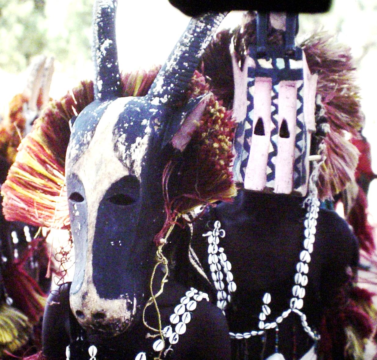 Masque-danse du Pays Dogon (1987) au Mali. Photo: Alain Cloarec
