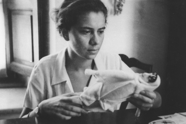 La jeune marionnettiste italienne, Maria Signorelli (1908-1992, Rome, Italie) avec une de ses marionnettes. Collezione Maria Signorelli