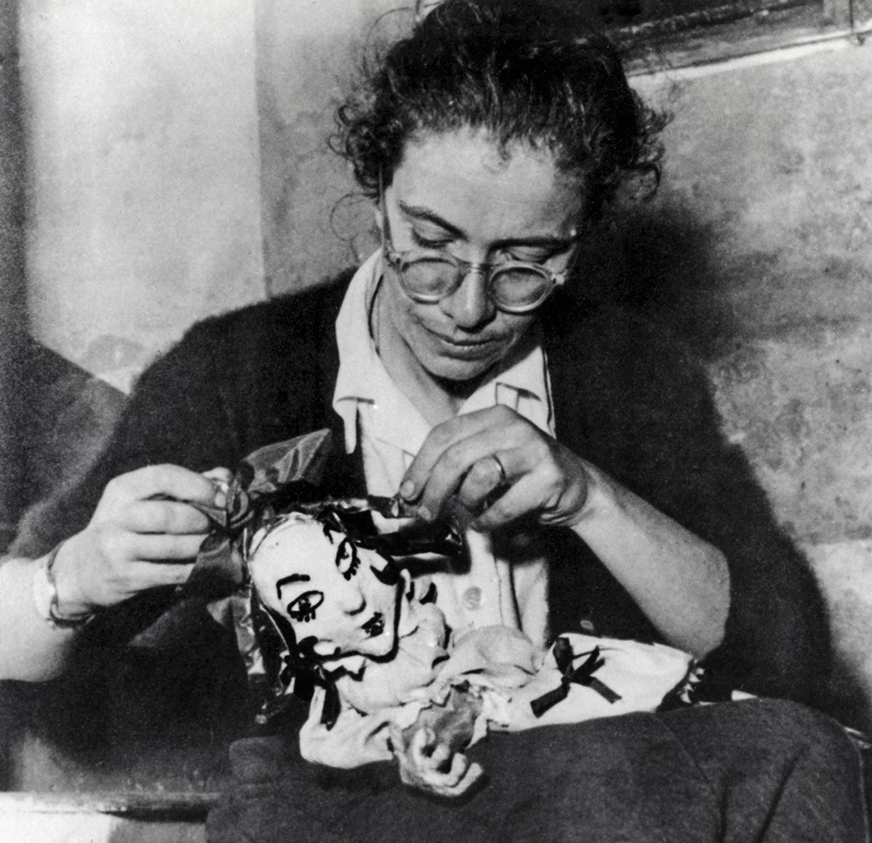 Maria Signorelli en 1954, la marionnettiste, auteure, enseignante italienne et fondatrice, en 1947, de la compagnie de théâtre de marionnettes italienne à Rome, l'Opera dei Burattini di Roma (renommé Nuova Opera dei Burattini, 1974-2000 ; Teatro Verde – Nuova Opera dei Burattini, 2000). Collezione Maria Signorelli