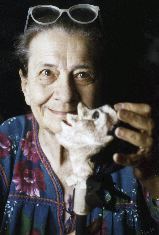 La marionnettiste, auteure et enseignante italienne, Maria Signorelli (1908-1992) avec une de ses marionnettes dans les années 1980. Collezione Maria Signorelli. Photo: Maristella Campolunghi and Teresa Bianchi