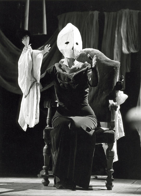 <em>Antigone</em> (Ferra, 1984) par Bertolt Brecht, opéra de Frédéric Rzewski, une production de Nuova Opera dei Burattini, mise en scène : Pietro Formentini, soprano : Carol Plautamura, marionnettes : Maria Signorelli. Collezione Maria Signorelli
