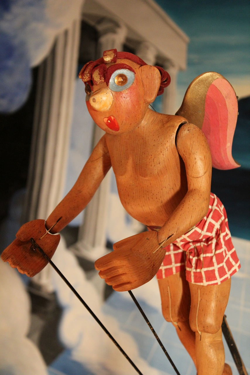 Cupido, títere de varillas, altura: 34 cm, por la titiritera, maestra y autora estadounidense Marjorie Batchelder (1903-1997). Colección: The Cook/Marks Collection, Northwest Puppet Center (Seattle, Washington, Estados Unidos). Foto: Dmitri Carter
