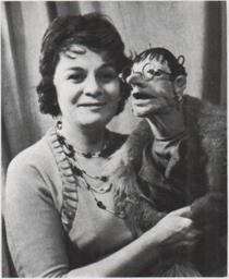 Marionnettiste russe Marta Tsifrinovitch (1924-2009) avec la marionnette de Venera Poustomelskaïa (dans les années 1970). Photo réproduite avec l'aimable autorisation de Archive : Rossiyskiy tsentr UNIMA (Centre UNIMA Russie, Moscou, Russie)