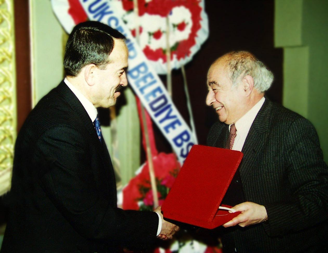 Metin And (derecha) con el investigador y erudito del teatro de títeres turco,Mevlüt Özhan. Fotografía cortesía de UNIMA Turquía (UNIMA Turkiye)