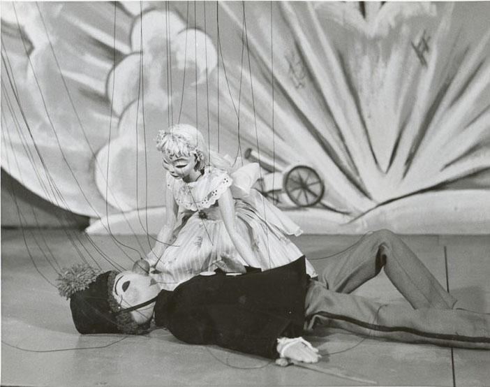 Soldat et Ballerine dans <em>La boîte à joujoux</em> (1955) par Les Marionnettes de Montréal pour l'Opéra de Montréal, mise en scène : Micheline Legendre. Marionnettes à fils en bois