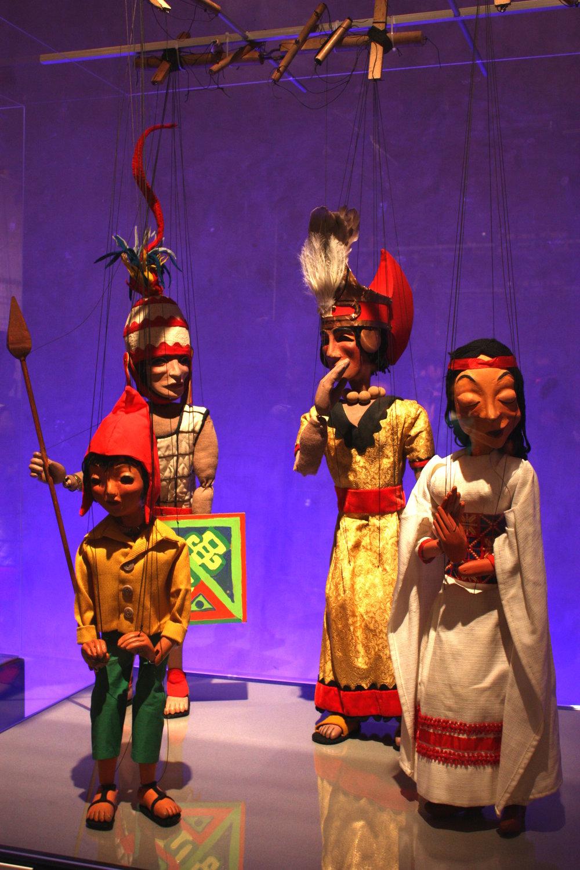 Personnages dans <em>Tintin</em> et le temple du soleil (1964) par Micheline Legendre, Les Marionnettes de Montréal, mise en scène: Micheline Legendre. Zorino et les incas (divers spectacles). Marionnettes à fils, hauteur : 55-60 cm, bois, bois plastic, tissus, lainages