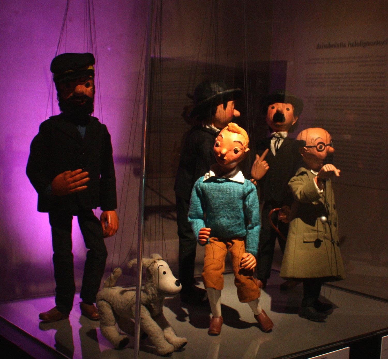 Personnages principaux dans <em>Tintin</em> (1964) par Micheline Legendre, Les Marionnettes de Montréal, mise en scène: Micheline Legendre. <em>Tintin</em>, Milou, Capitaine Haddock, Professeur Tournesol, Dupond et Dupont (divers spectacles). Marionnettes à fils, hauteur : 55-60 cm, bois, bois plastic, tissus, lainages