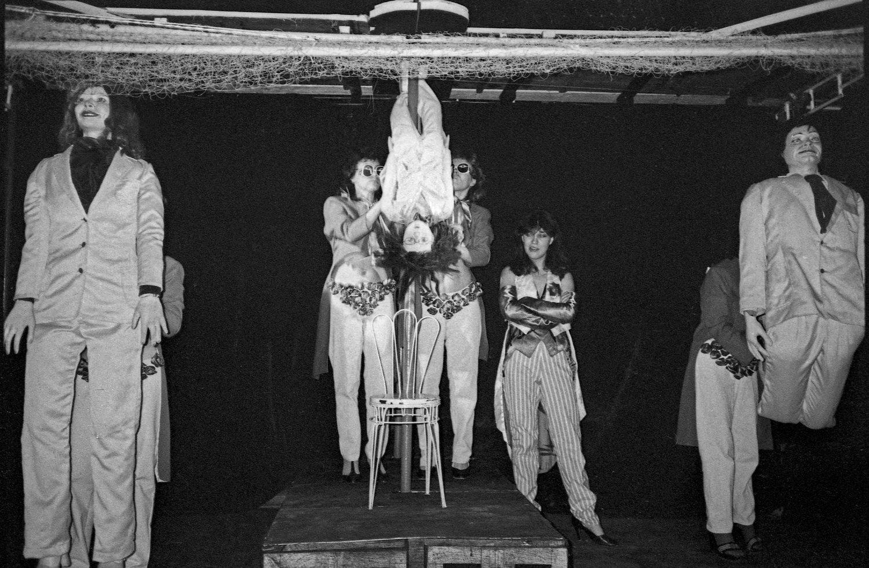 Une scène de <em>Chto bylo posle spaseniya</em> (Ce qui arriva après le sauvetage, 1988) d'après les romans de Robert F. Young et de J. D. Salinger, par le Chelyabinskiy teatr kukol (Tcheliabinsk, Russie), mise en scène : Mikhaïl Khoussid et Yuri Sobolev, scénographie: Yuri Sobolev. Photo réproduite avec l'aimable autorisation de Galina Metelichenko