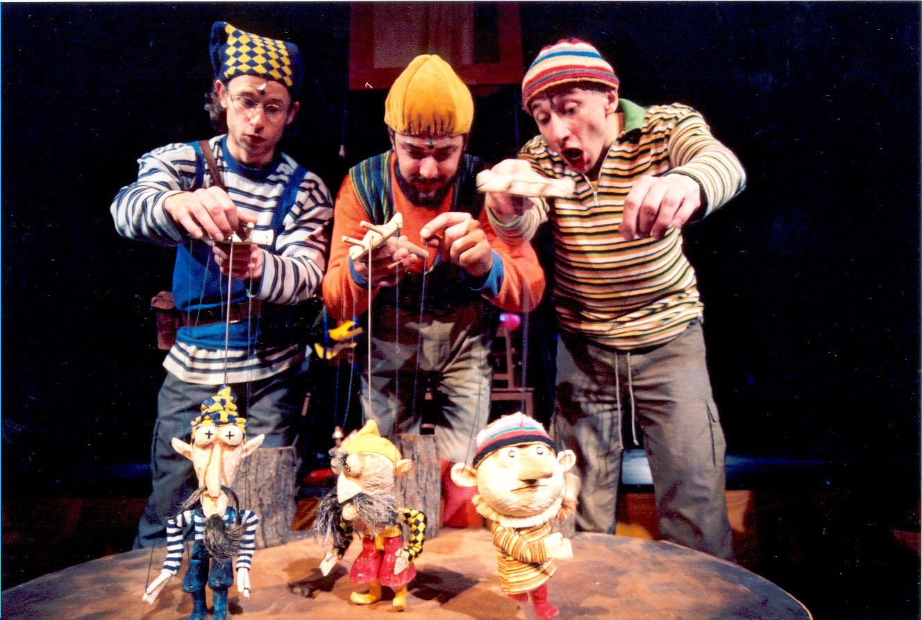 <em>Kabaret tlukot a bubnování</em> (2002) por Divadlo Minor (Prague, República Checa), puesta en escena: Jan Jirků, escenografía: Robert Smolík. Actores en la foto: (de izquierda a derecha): Petr Vodička, Jan Španbauer, Petr Stach. Foto: Josef Ptáček © Minor