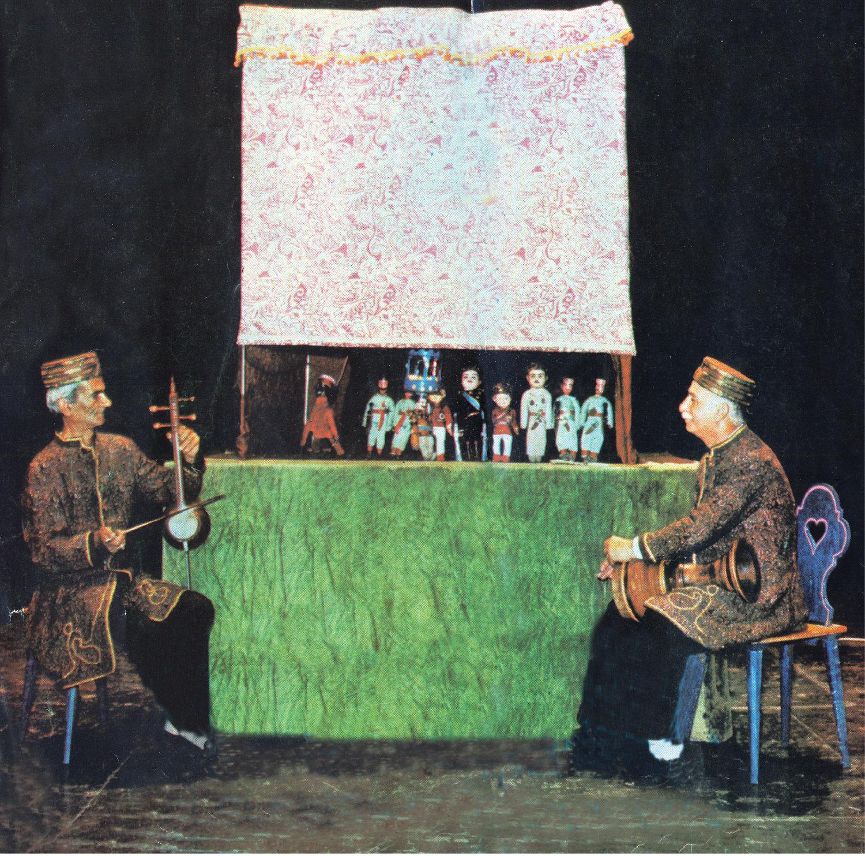 Le <em>morshed</em> (« maître », l'interprète principal et le narrateur de la pièce) joue le <em>tonbak</em> (tambour) et dirige le spectacle de <em>kheimeh shab bazi</em>. Photo réproduite avec l'aimable autorisation de Poupak Azimpour