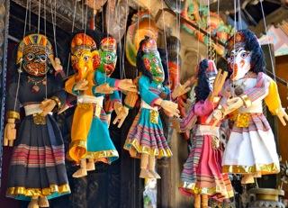 Cinco marionetas de hilos nepalíes, llamadas <em>putali</em>; la de cuatro caras (la segunda por la izquierda) representa Ganesh, Kumari, Bhairab y Durga, deidades adoradas en Nepal y la India. Foto: Carol Davis