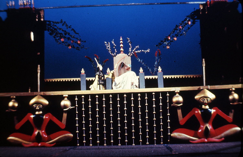 <em>Volshebnaya lampa Aladdina</em> (La lampe magique d'Aladdin, 1940), une pièce de Nina Guernet, par le Gosudarstvenny tsentralny teatr kukol (Moscou), mise en scène : Sergueï Obraztsov, scénographie: Boris Touzlukov. Photo réproduite avec l'aimable autorisation de Collection : Gosudarstvenny akademichesky tsentralny teatr kukol imeni S. V. Obraztsova, Musée de la Marionnette (Moscou, Russie)