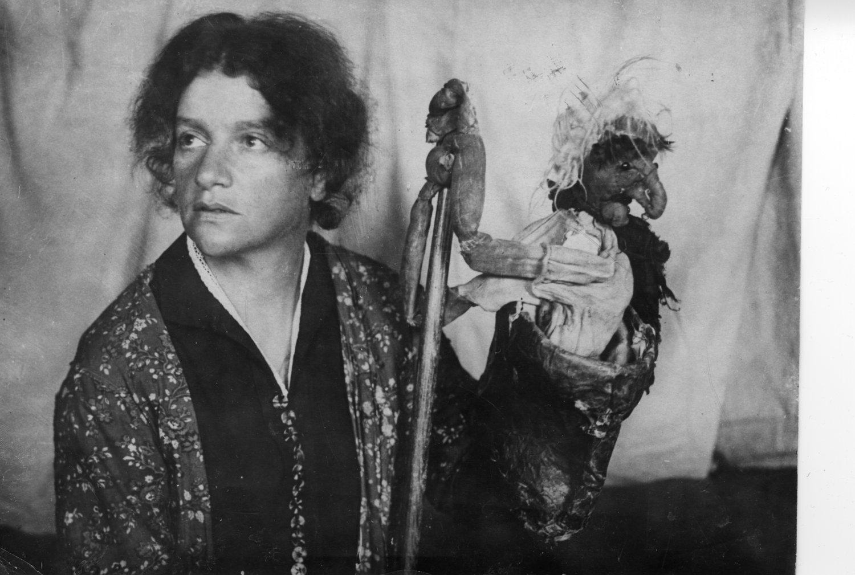 Nina Simonovitch-Efimova (1877-1948), l'une des fondateurs et fondatrices du théâtre professionnel de marionnettes russe, avec une marionnette à tiges du personnage populaire Baba Yaga (les années vingt). Photo réproduite avec l'aimable autorisation de Collection : Gosudarstvenny akademichesky tsentralny teatr kukol imeni S. V. Obraztsova, Musée de la Marionnette (Moscou, Russie)