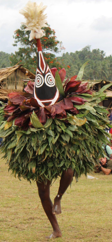 Un espe<em>c</em>tá<em>c</em>ulo de <em>tumbuan</em> en el National Mask Festival en Kokopo, Nueva Bretaña <em>Or</em>iental, Papúa Nueva Guinea, en 2015. Foto: Judy Ryon