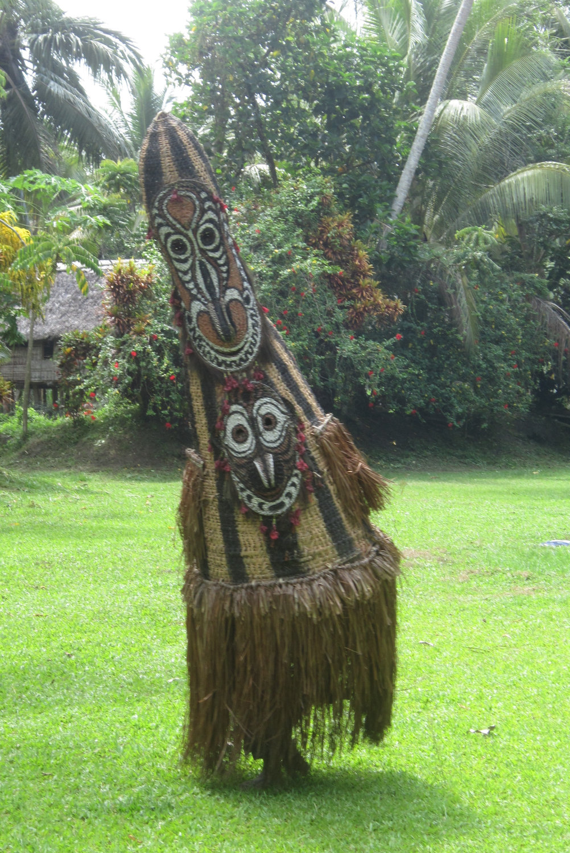 Un bailarín de Tumbuan saluda a visitantes en Kanganaman, la provin<em>c</em>ia del Sepik <em>Or</em>iental, Papúa Nueva Guinea, en 2014. Foto: Judy Ryon