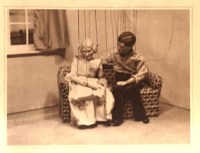 <em>The Proposal</em> (années 1920 et 1930) d'Anton Tchekhov par Roel Puppets (Gloucestershire, Angleterre), mise en scène et conception : Olive Blackham. Marionnettes à fils. Photo réproduite avec l'aimable autorisation de Collection : The National Puppetry Archive