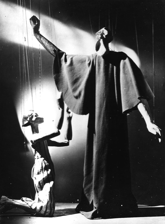 Les personnages de marionnettes, Abraham et Isaac, de la production <em>Abraham and Isaac</em> (années 1930) par Roel Puppets (Gloucestershire, Angleterre), mise en scène : Olive Blackham, fabrication de marionnettes : Bernard Griffin. Marionnettes à fils, interprétées dans le style du drame japonais Nô, hauteur (Abraham) : 1,25 m. Photo réproduite avec l'aimable autorisation de Collection : The National Puppetry Archive