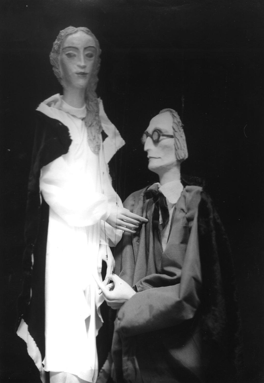 Professor Henry Higgins et Eliza Doolittle, deux personnages de <em>Pygmalion</em> (années 1940) par George Bernard Shaw réalisée par Roel Puppets (Gloucestershire, Angleterre), mise en scène : Olive Blackham. Marionnettes à fils. Photo réproduite avec l'aimable autorisation de Collection : The National Puppetry Archive