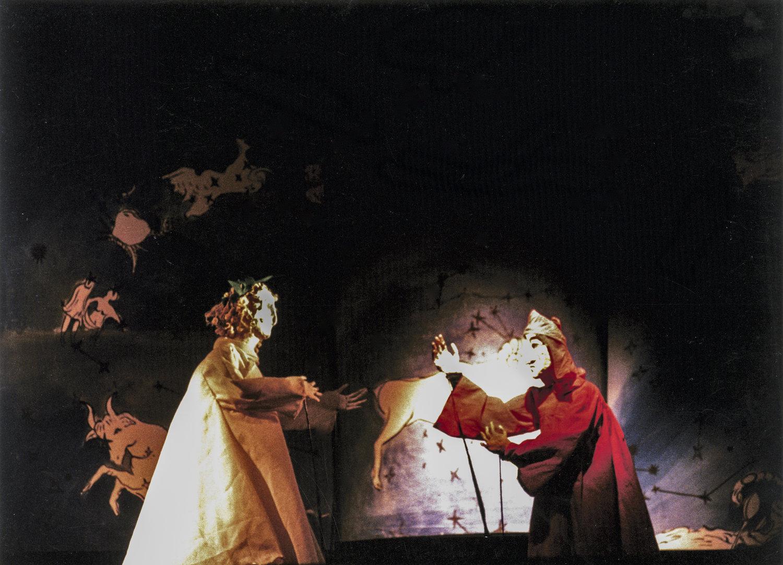 <em>L'inferno di Dante</em> (Rome, 1982), une production de Nuova Opera dei Burattini, adaptation : Michele Mirabella, mise en scène : Michele Mirabella, scénographie : Enrica Biscossi, marionnettes : Maria Signorelli, voix : Bruno Alessandro, Rodolfo Baldini, Renata Biserni, Claudio De Angelis, Arnoldo Foà, Vittorio Gassman, Michele Mirabella. Photo réproduite avec l'aimable autorisation de Collezione Maria Signorelli