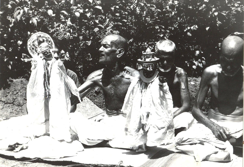 Los títeres de guante tradi<em>c</em>ionales de Kerala, <em>pavakathakli</em>, interpretados por Chamu Pandaram y Velayudhan Pandaram. Ar<em>c</em>hivo de Sangeet Natak Akademi